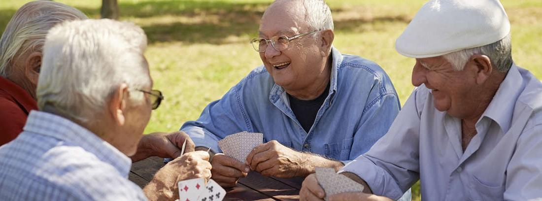 Grupo de hombres mayores jugando a las cartas