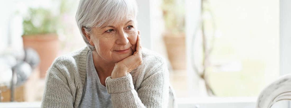Mujer mayor con pelo corto
