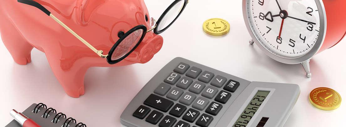 Palabra pensión rodeada de bolígrafos, calculadora, y bote de cristal con monedas
