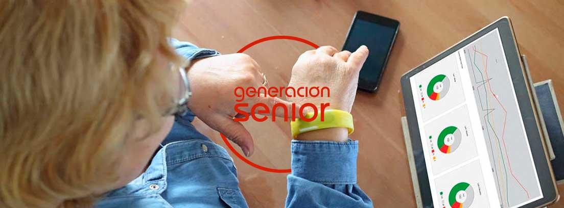 APPs de teleasistencia para la tercera edad: persona madura utilizando el móvil