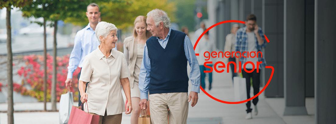 pareja de personas mayores paseando por la calle