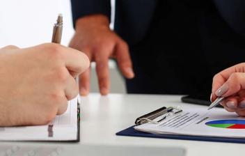 Dos personas calculando la jubilación parcial en 2017