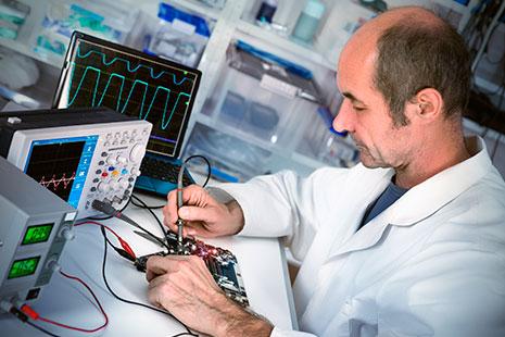 Hombre trabajando con equipos electrónicos
