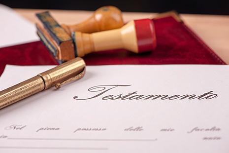 Papel con la palabra testamento y bolígrafo sobre él
