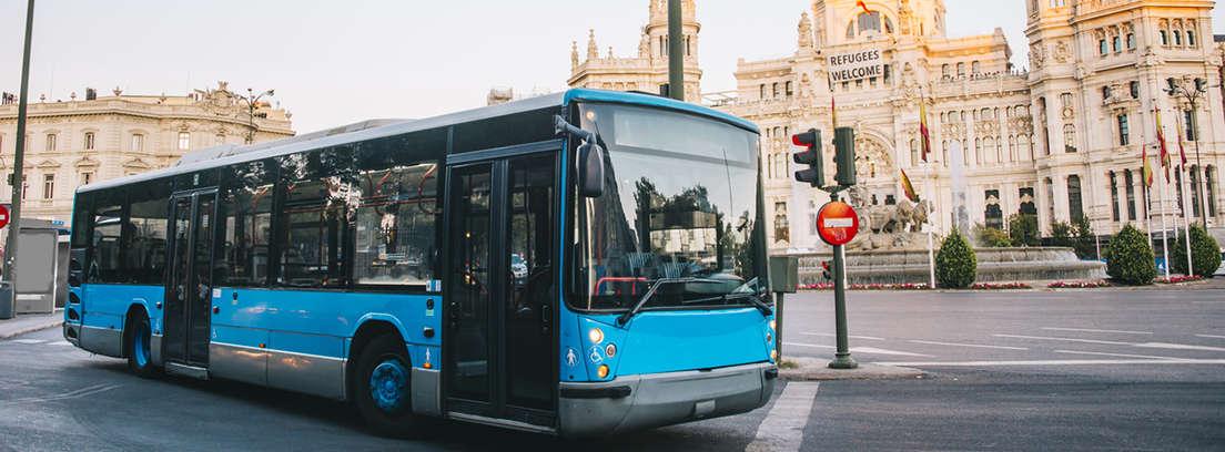 Hombre y mujer mayores sentados en un autobús y mirando por la ventana