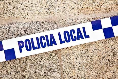 """Cartel con """"policía local"""" escrito en él"""