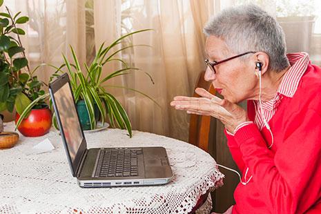 Señora mayor delante de pantalla de portátil
