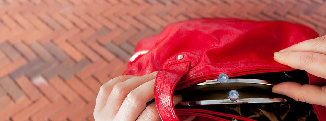 mujer abriendo su bolso para renovar el DNI
