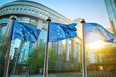 Tres banderas de la Unión Europea ondeando delante del Parlamento Europeo en Bruselas