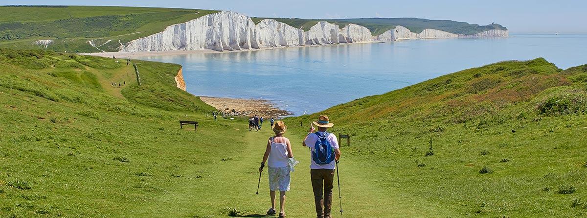 Ancianos completando una excursión