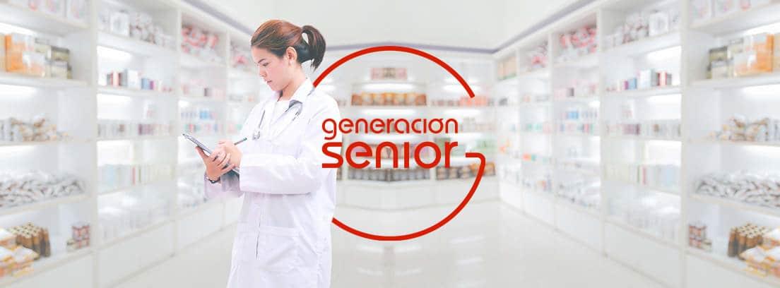 Mujer con bata blanca mirando unos papeles en una farmacia