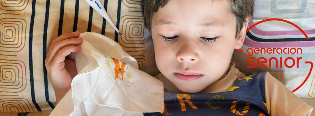 Vista cenital de niño tumbado con un resfriado