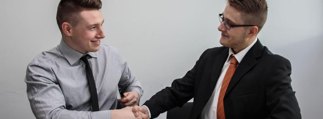 Dos trabajadores se estrechan la mano