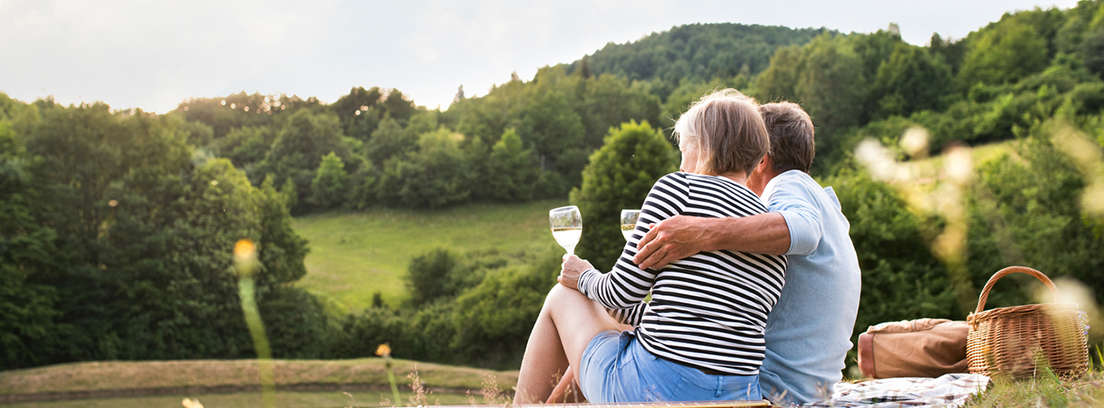 pareja mayor que se dispone a cobrar pensión en el extranjero
