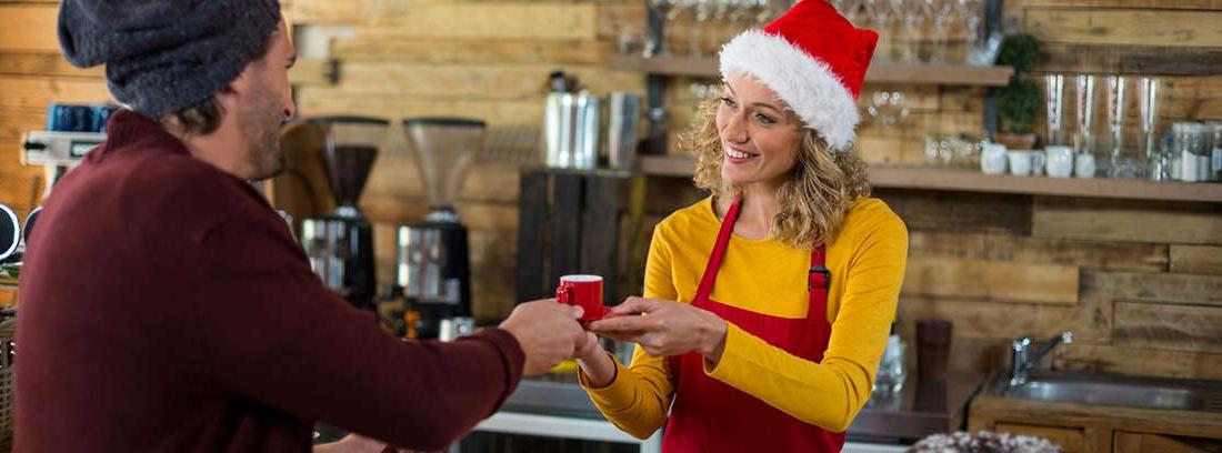 mujer con trabajo con guardias en Navidad