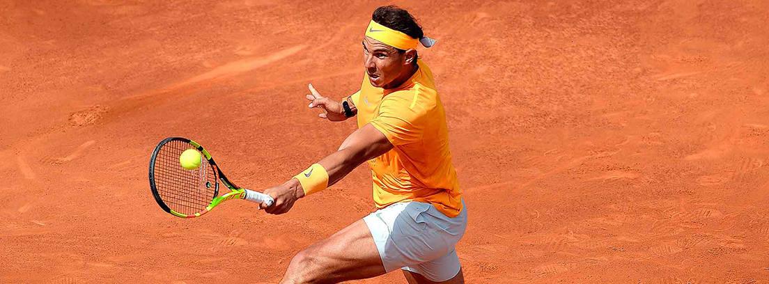 Rafa Nadal en una imagen en blanco y negro jugando al tenis