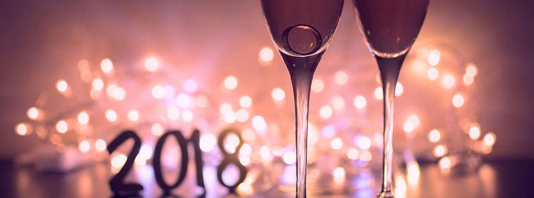 Cuatro personas brindan con copas de champagne