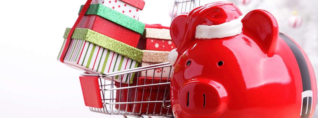 Brazos con manga roja y puño blanco sujetan tableta apoyada en un carro de compra