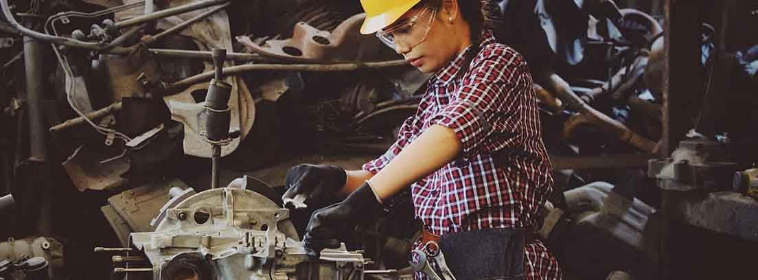Mujer trabajando en una fábrica industrial