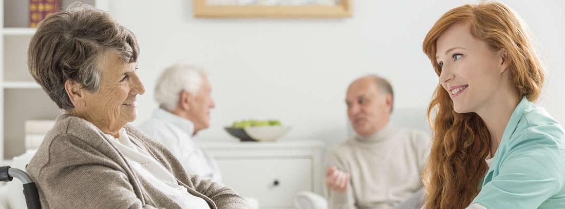 Una pareja mayor mirando a lo lejos