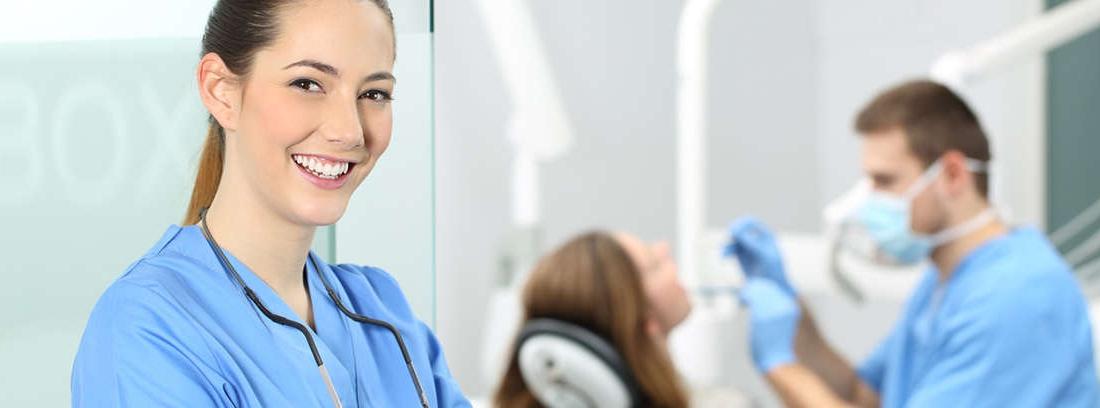 Mujer con bata blanca en una sala de dentista