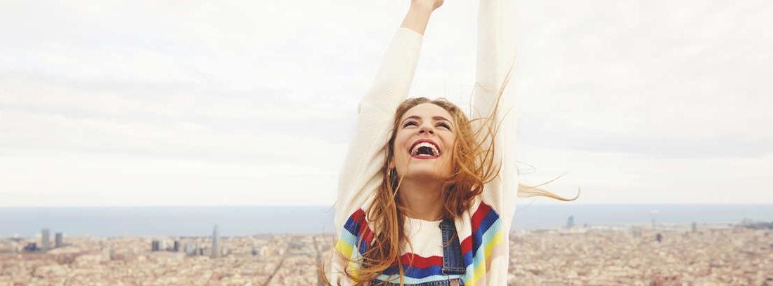 chica disfrutando de las ciudades más baratas en España