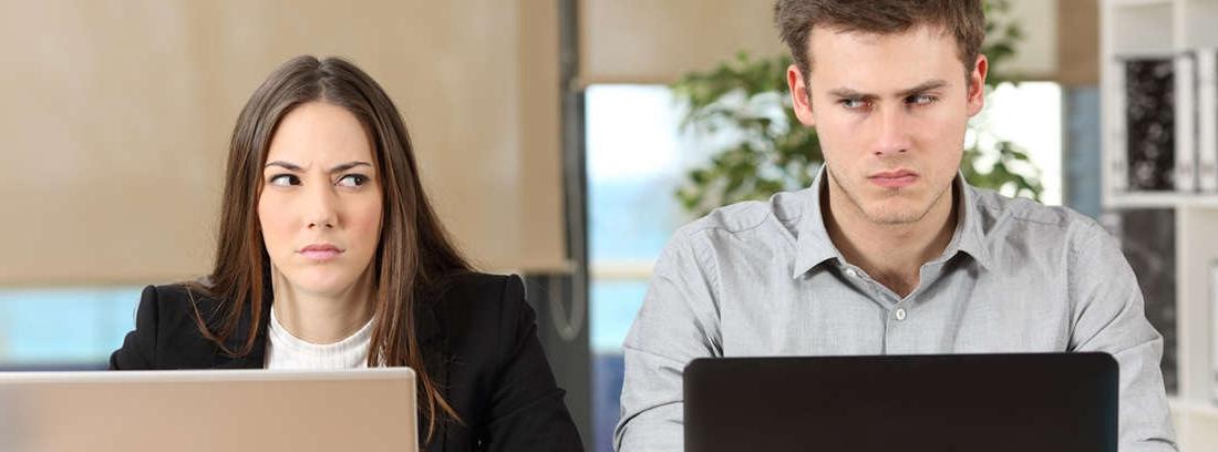 Mujer con tableta en la mano que muestra a otra
