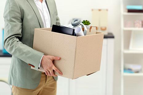 Manos sujetan caja de cartón marrón llena de objetos