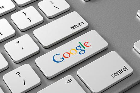 teclado de ordenador con el logo de Google