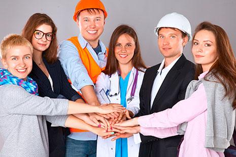 Hombres y mujeres con uniformes de trabajo unen sus manos al frente
