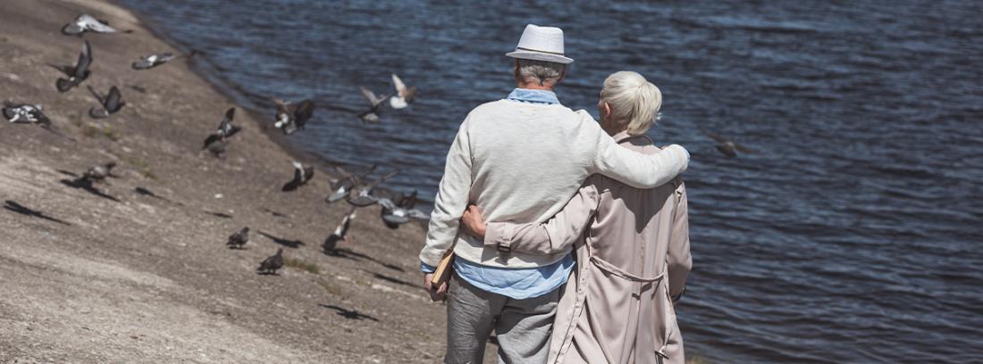 Pareja de ancianos caminando