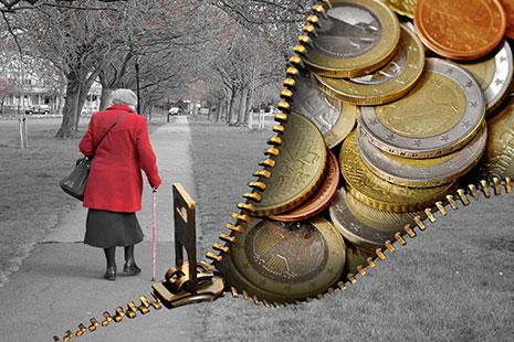 Mujer mayor con bastón y chaqueta roja y cremallera con monedas dentro