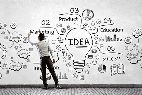 Hombre apuntando ideas sobre cómo emprender un negocio