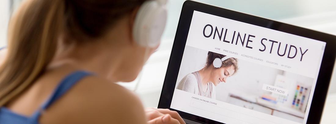 Mujer con auriculares frente a un ordenador