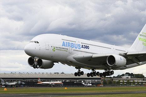 Avión Airbus cerca de tierra