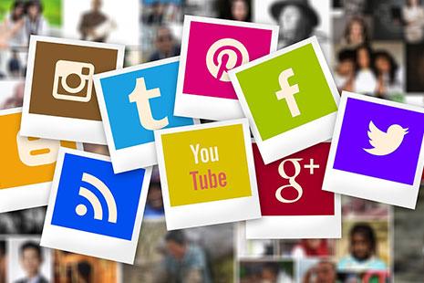 Sobre fondo de retratos borrosos diferentes logotipos de redes sociales en colores