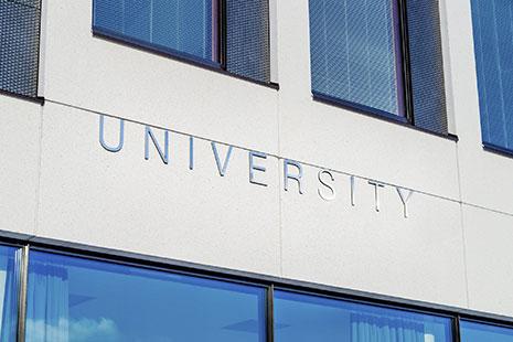 Fachada con la palabra University