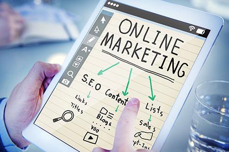 Manos sujetando una tablet con un plan de marketing