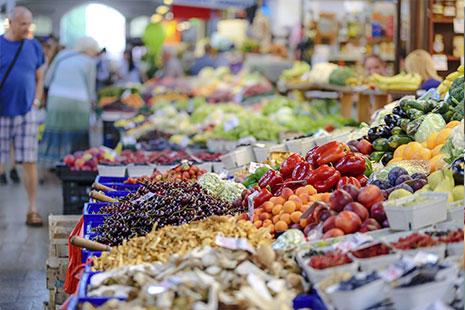 Diferentes cajas y contenedores con frutas y verduras expuestas