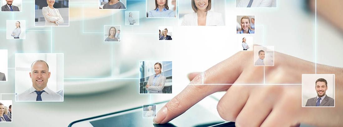 Telefóno móvil conectado con los clientes de la empresa gracias a WhatsApp para empresas