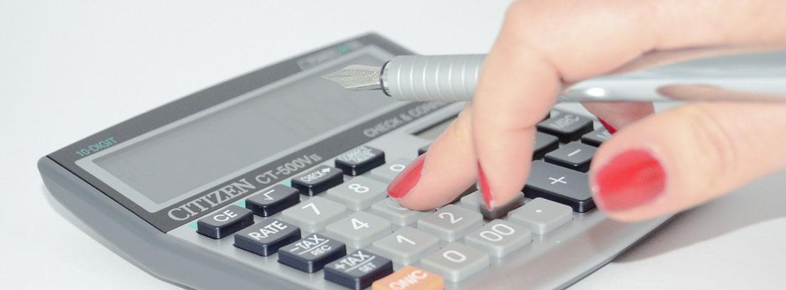Mano de mujer sobre una calculadora