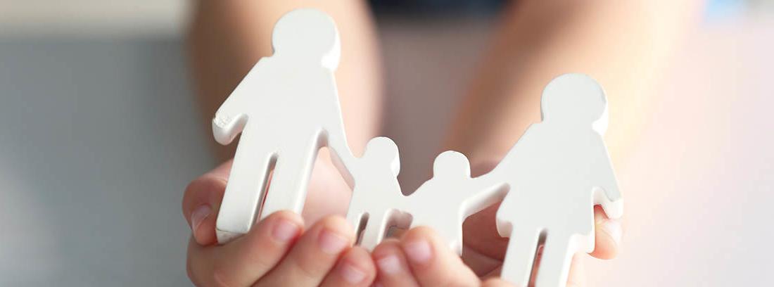 familia que se informa de los requisitos para cobrar la pensión de orfandad