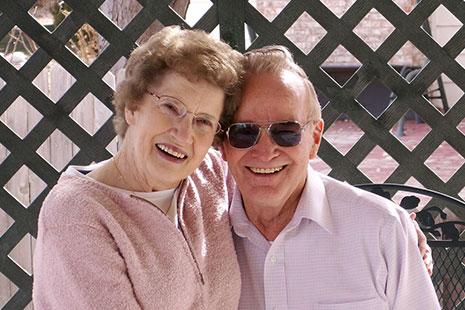 Pareja de ancianos sonrientes y felices