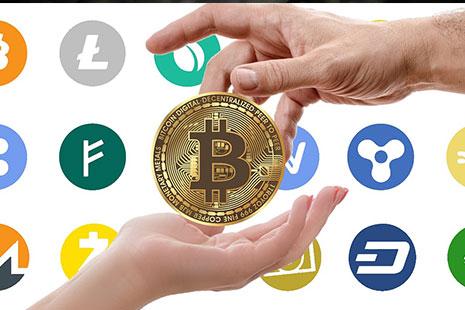 Una mano dando a otra un bitcoin