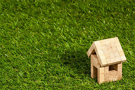 Casa hecha con piezas de madera