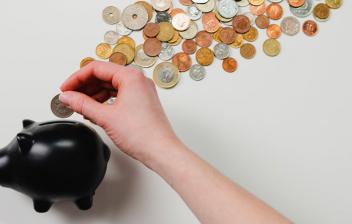Los ahorros se destinan a un objetivo como puede ser una emergencia o un regalo de bodas y deben estar accesibles en cualquier momento Alt: Hucha y monedas
