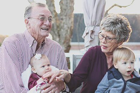 Hombre y mujer mayores con un bebé un niño