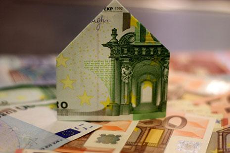 Billetes de Euro con la forma de una casa