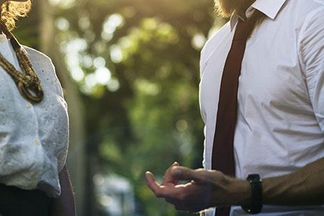 Torsos de hombre y mujer con camisas blancas