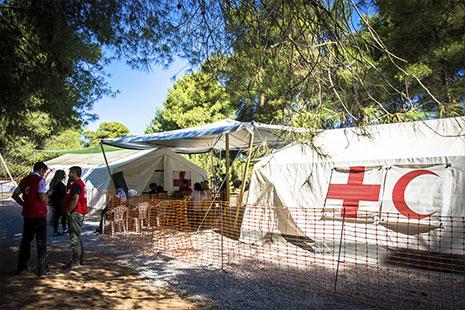 Tienda de campaña blanca de la Cruz Roja